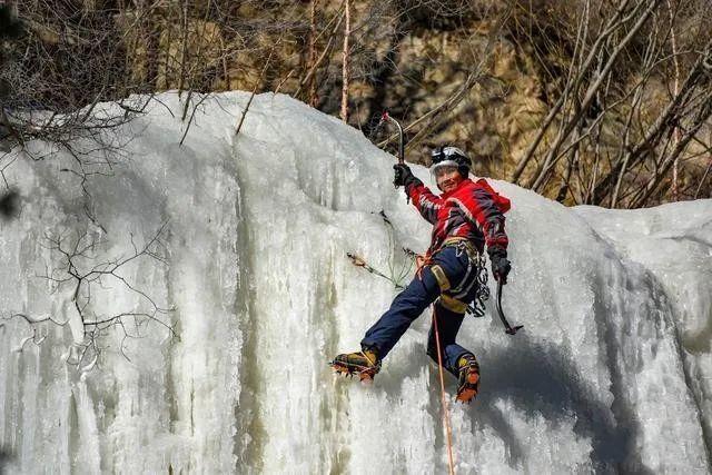 57岁的他,向90度垂直的冰瀑发起挑战