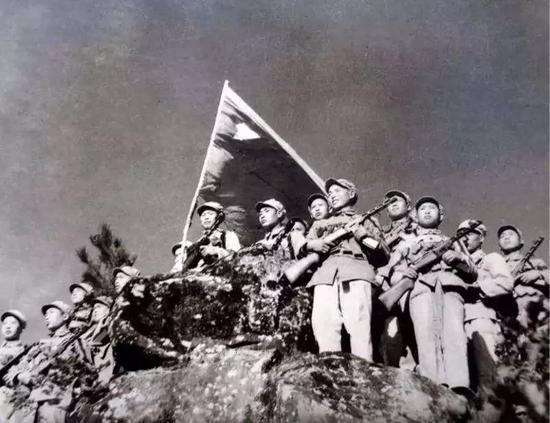 94岁老英雄回忆上甘岭:撤下阵地时,很多战友再也没回来……
