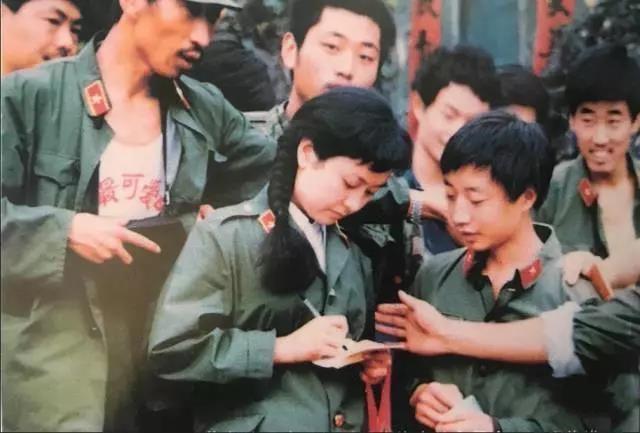 想起当年在云南老山前线阵地上为彭丽媛写的歌