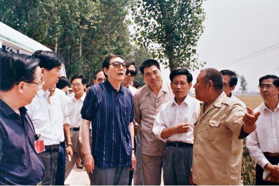 朱�F基关心人民吃饭穿衣  在河南周口考察粮棉主产区农业种植纪实