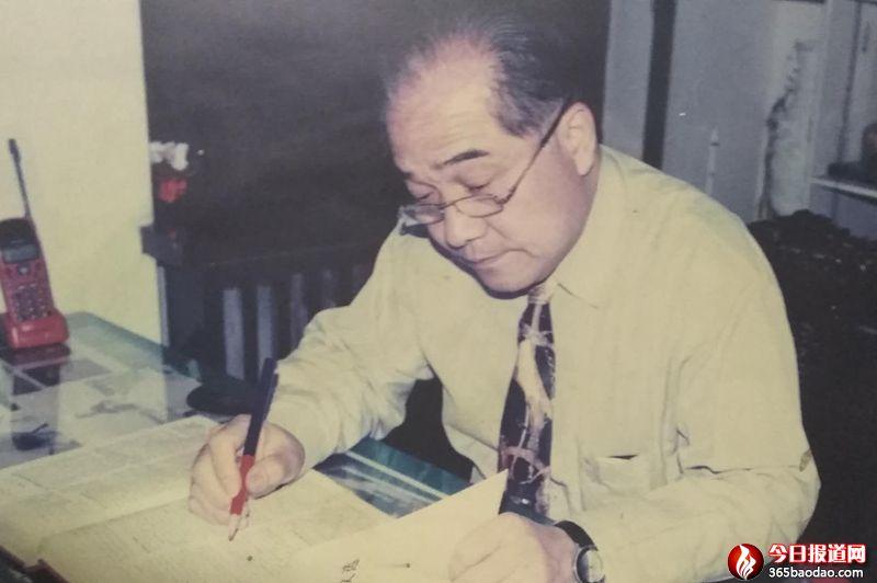邓小平理论与习近平新时代中国特色社会主义思想是强国富民的胜利旗帜 ――从40年前我为什么要建议出版《邓小平文选》谈起