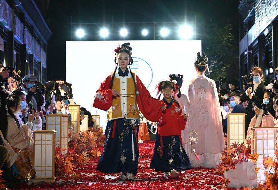 """成都举办2020""""天府相邀 美丽之约""""汉服文化节"""