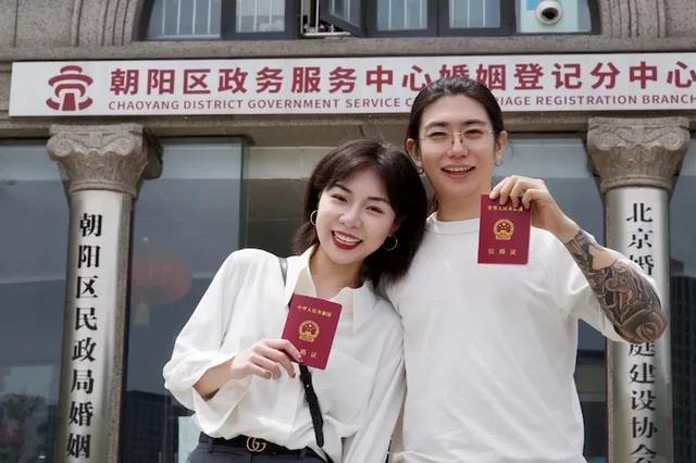 女作家胡辛束官宣结婚!29岁生日当天领证,称终于嫁给了爱的人
