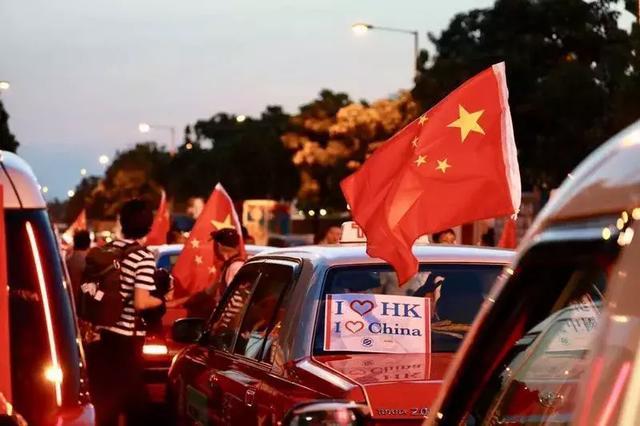 昨夜,香港街头突然出现大量挂着国旗的出租车……