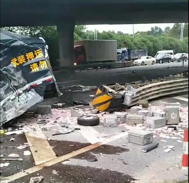 宜兴一运钞车和货车相撞致2死4伤,钞票散落遍地