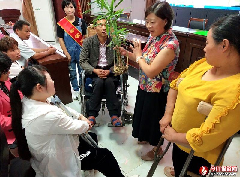 """山东郯城:残疾人进""""大讲堂""""免费学实用技术"""