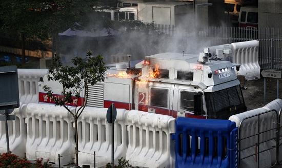 示威者再次举行非法游行 香港特区政府总部遭投掷汽油弹