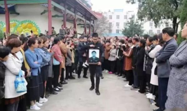悲痛!3名解放军飞行员坠机牺牲,曾参加国庆飞行表演
