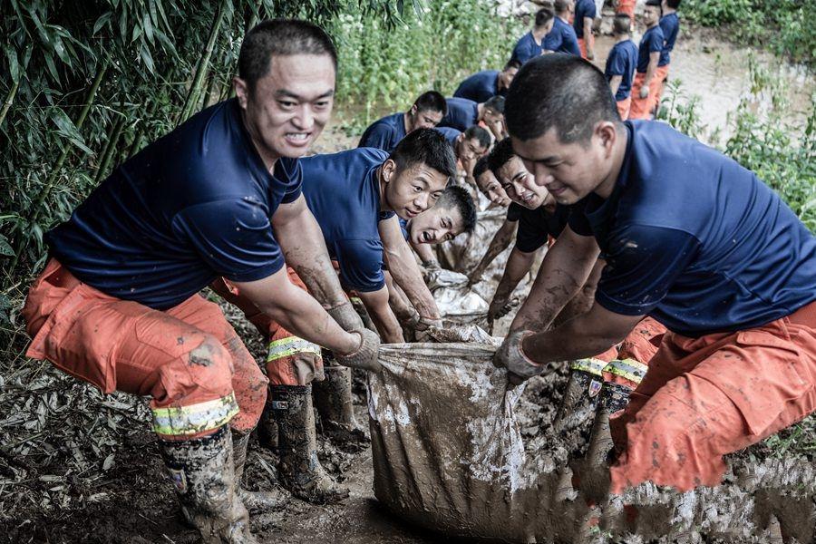 淮安盱眙:消防指战员垒起2.2公里抗洪防线