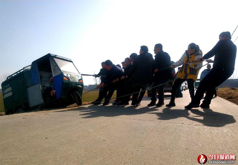 山东郯城:众过路行人驻足救援转危为安
