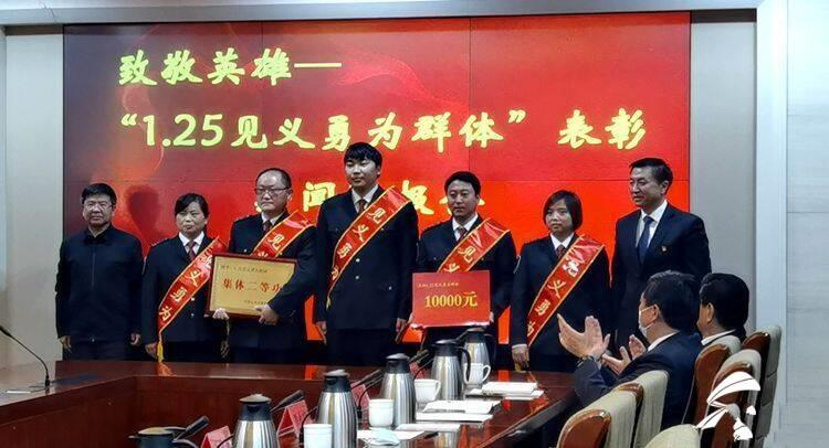 了不起的山东人丨隧道内五名灭火的济南公交驾驶员获集体二等功奖励1万元