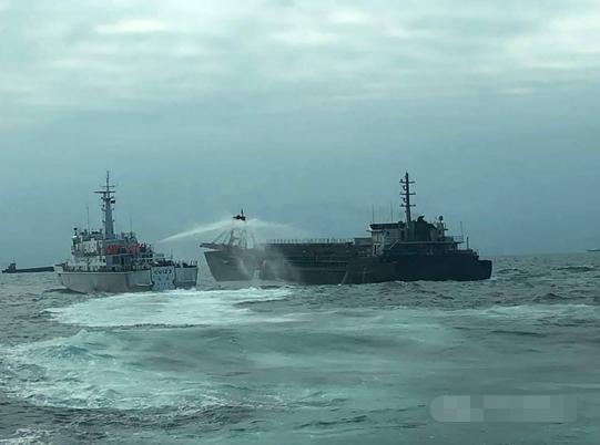 民进党人士曝台海巡舰艇用高压水枪射击大陆抽砂船,还声称大型舰艇将接力支援马祖